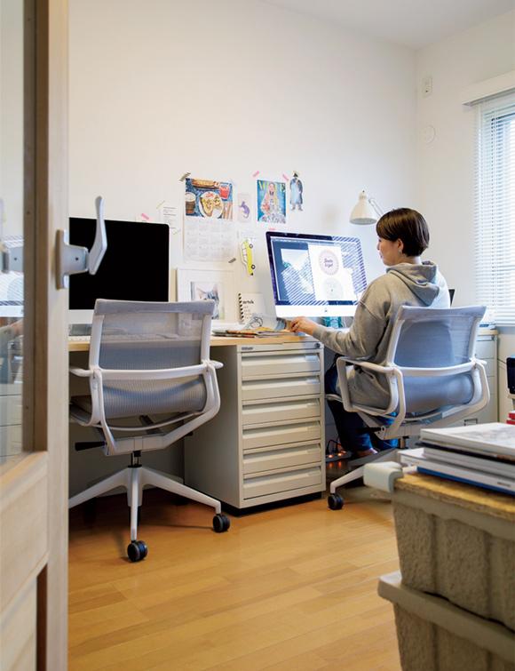 画像: 「ビスレー」のキャビネットに木の天板を載せ、ふたり用の机として使っている