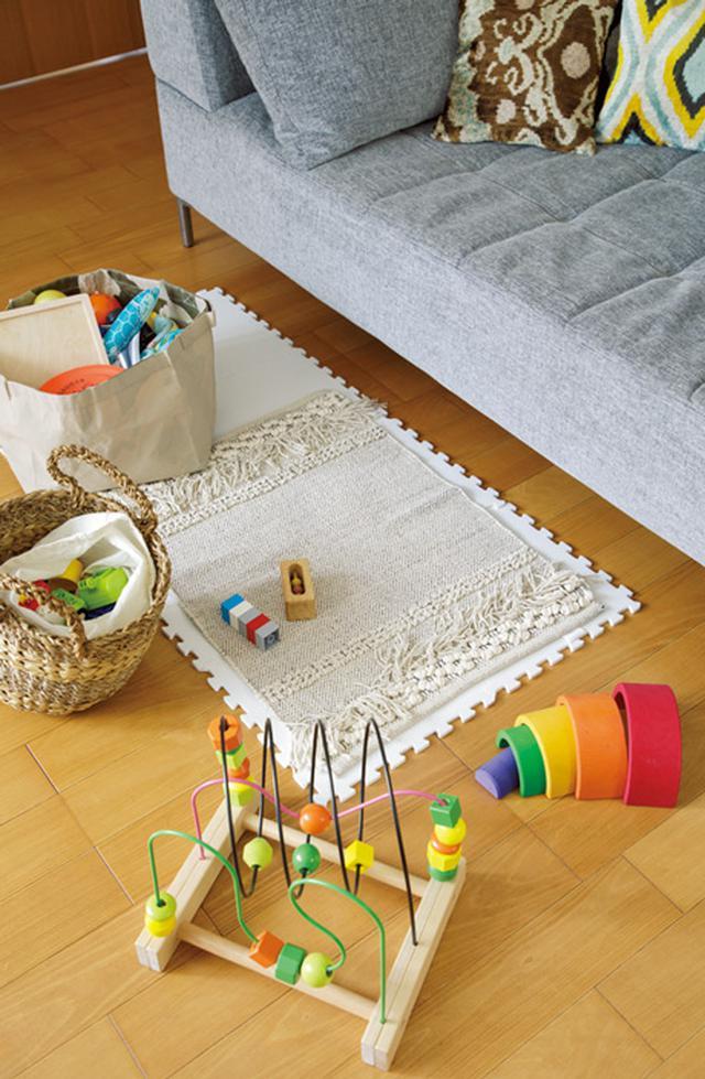 画像: おもちゃは厳選して、数を少なく。遊び終わったら、かごや布製ボックスに収納しプレイマットはソファの下へ