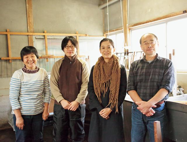 画像: 長谷川さん一家と、にしごりさん(右からふたり目)。「和紙の美しさに感動。作品が認められる喜びが活力になることに共感」