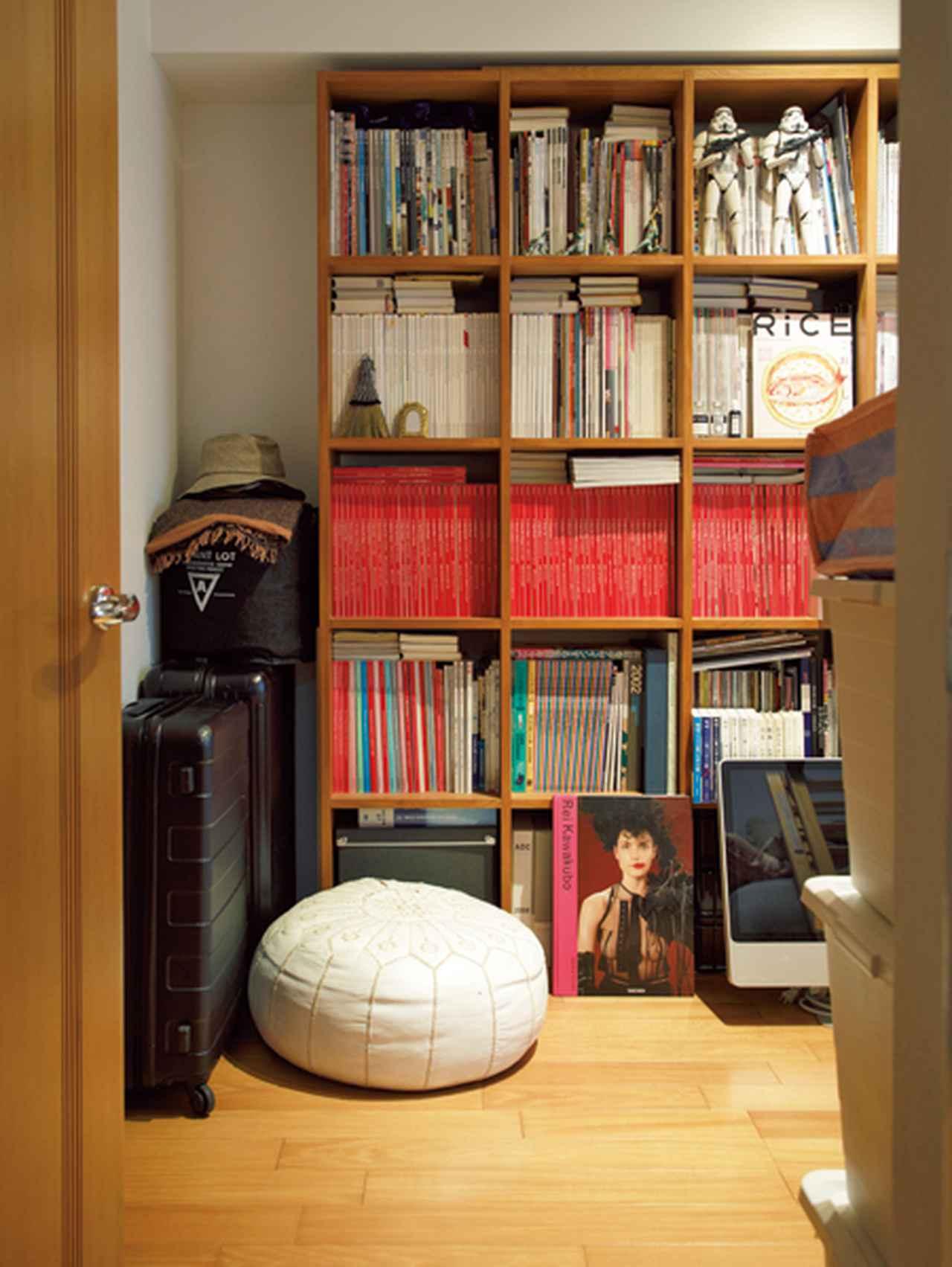画像: ひと部屋をバックヤードにして、雑誌やスーツケースなどを収納。捨てる前の一時避難場所にも
