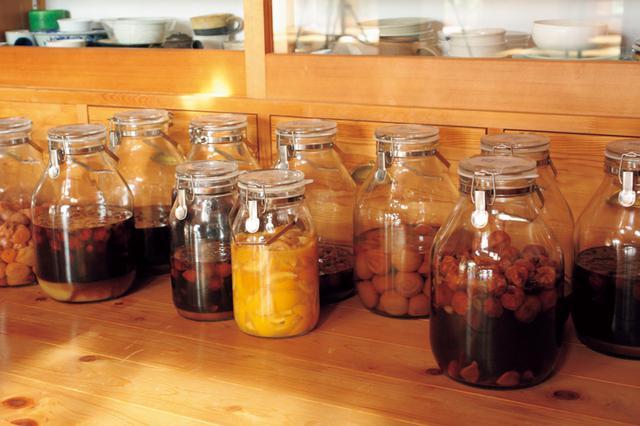 画像: 疲労回復に役立つクエン酸たっぷりの梅は、農作業時の必需品。はちみつ、酢、カルダモン、クローブなどで甘味や酸味を変え、多様に漬ける