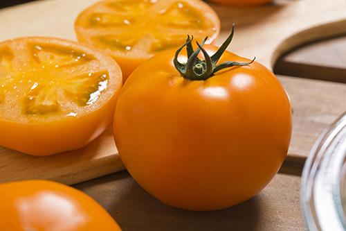 画像: 「桃太郎ゴールド」は橙黄色の大玉トマトで、甘味と酸味のバランスがいいのが特徴。体内に吸収されやすいとされるシス型リコピンを多く含んでいます