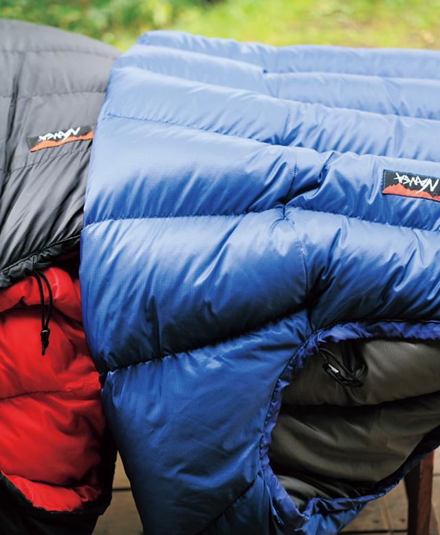 画像: 寝具は年中、寝袋。夏仕様から冬用へ スペースが限られていることもあり、布団は持たず寝袋を寝具に。「寝袋は小さく丸めて収納するとダウンがヘタってしまうので、使わないときも、かけたり広げたりしておくのがいいんです。それならば日頃から使うほうが合理的だなと思って」。国内生産のダウンメーカーの「NANGA」のものを使用。羽毛を足してくれるなど、アフターサービスもしっかりしている