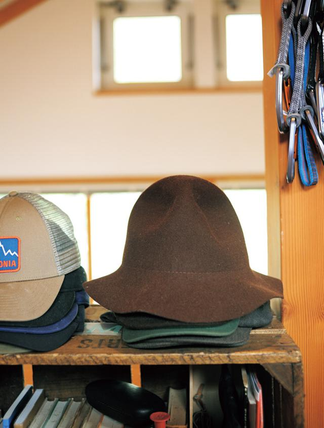 画像: 帽子も欠かせないアイテム。キャップやウール素材、ニット帽なども