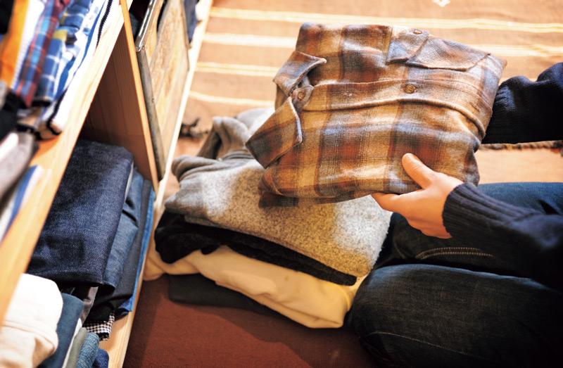 画像: 「夏はうんと短いので、衣替えというほどではないですが、冬物の衣類を用意します」。仕事でもプライベートでも機能性に優れたアウトドア物が多い