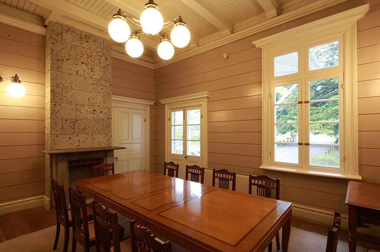 画像: 大きな窓がある1階の食堂。壁際の暖炉には地元栃木の大谷石が使われている