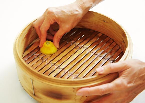 画像: せいろは使用後、レモンの切り口でこすると臭みがとれる