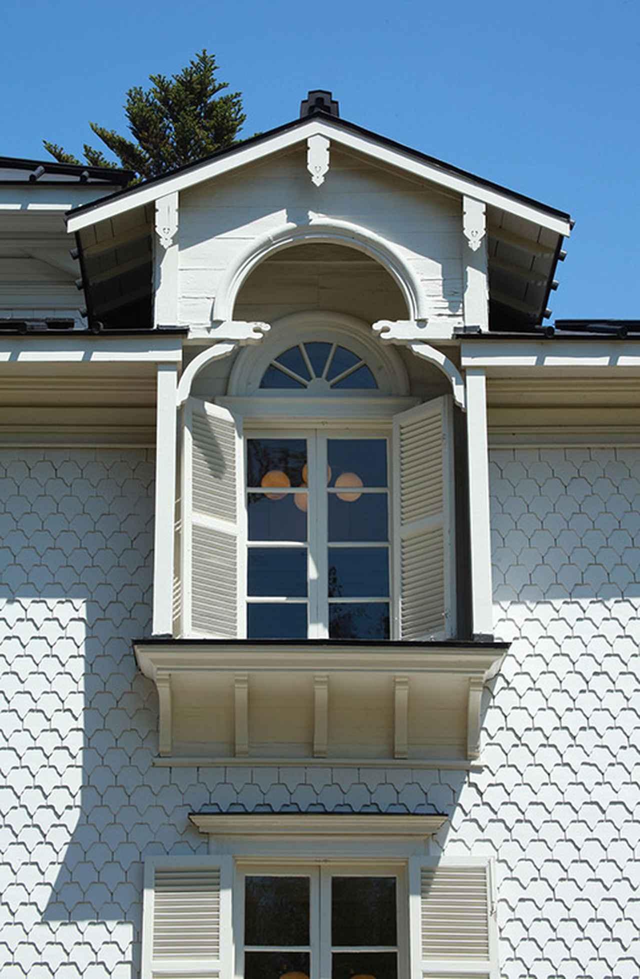 画像: 壁一面に張られた蔦型のスレートの陰影が壁に変化を与えている