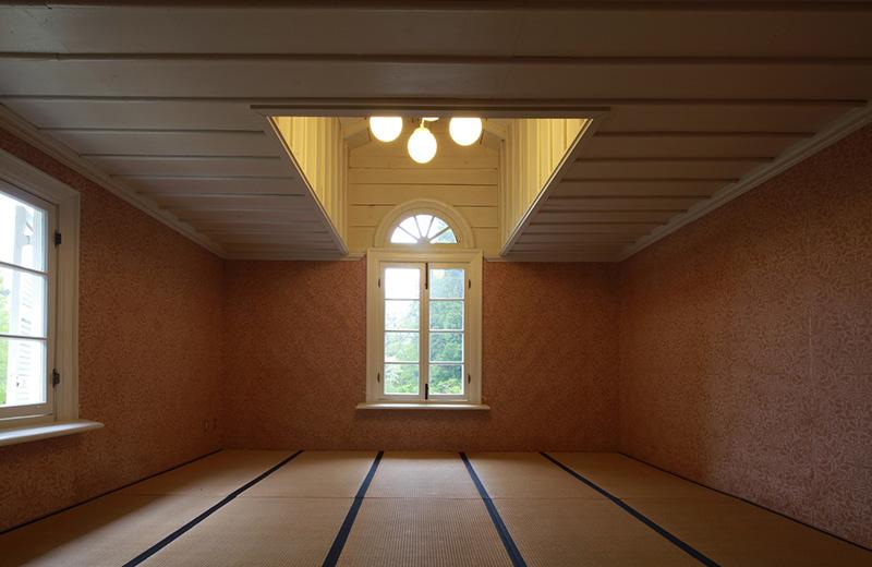 画像: アーチ窓の位置が天井と合わなかったため天井をくり抜き、照明を高い位置に設置した和室。どこか不思議な空間だ