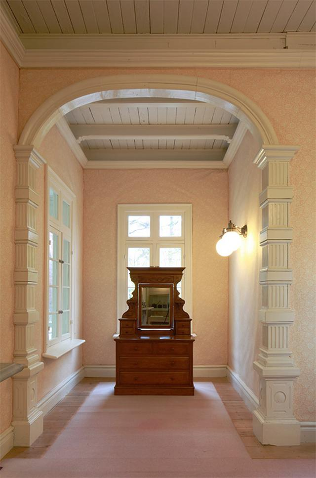 画像: 夫人であるドイツ人女性エリザベートが過ごした夫人室にはドレッサーが残っている