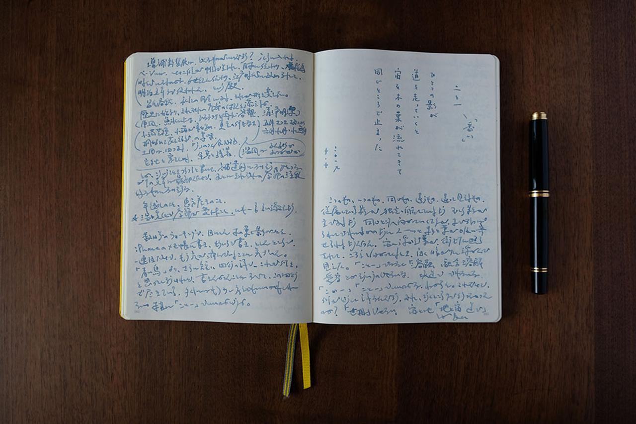 画像: さまざまな内容が混在する日記の中で、詩だけは縦書きにすることが多い。ノートはA5サイズを使用。以前は「美篶堂」で50冊オーダーしたオリジナルを使っていたが、使い切ったいまでは沖縄で買える「ロイヒトトゥルム」を愛用している。万年筆はペリカンM800番のほか、モンブランNo.24を使うことも。