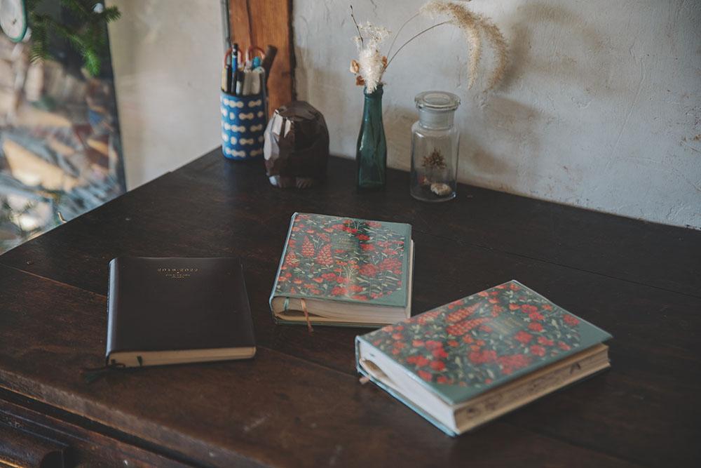 画像: 右が娘たちの3年日記、左が砺波さんの5年日記。砺波さんは声をかけるだけで、何を書いているかまではもちろんチェックしないが、たまに見せてくれるのだとか。「まさに今日の出来事だけが書いてあって、私の日記よりも、子どもたちの日記のほうが面白いです」