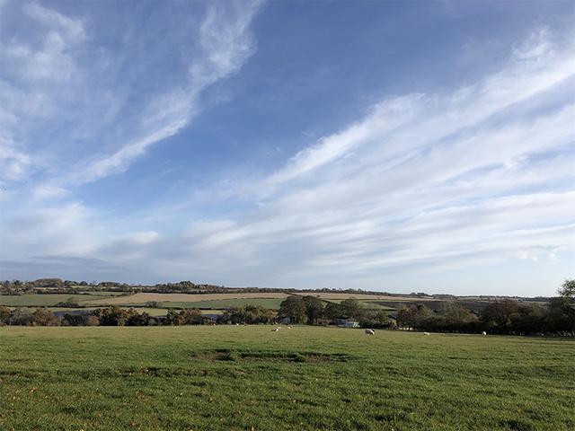 画像: フットパスからの牧場の風景。見渡す限りの田園風景が広がる