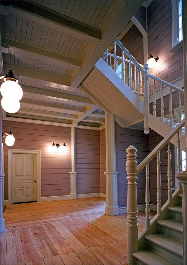 画像: 建物内部はとても簡素な仕上がりだが、階段の構造や梁の仕上げなどは実に手が込んでいる