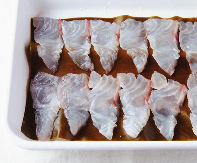 画像: バットなどに昆布を敷き、鯛を並べる。ラップをして冷蔵庫へ