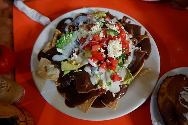 画像: こちらは、揚げたトルティーヤにソースをかけていただく「チラキレス」。メキシコの家庭では、余ったトルティーヤをおいしくいただくためによく作られるとか
