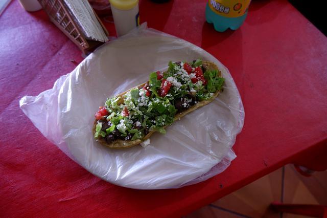 画像: メキシコ南部の小さな村、サン・フアン・チャムラでは「ワラーチェ」と呼ばれる軽食を。ワラーチェとは革サンダルのこと、名前のとおりサンダルのような形をしたメキシコのB級グルメなのだそう