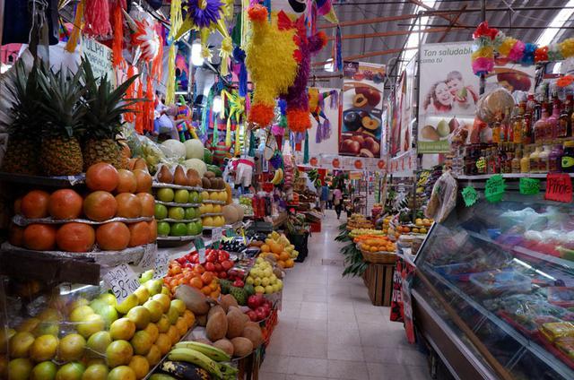 画像: メキシコシティ中心部のメデジン市場(Mercado Medellín)にて。目に焼き付いて離れない、多様で鮮やかな色、色、色! けれど不思議なほどに、そこにあるべきという調和を感じます