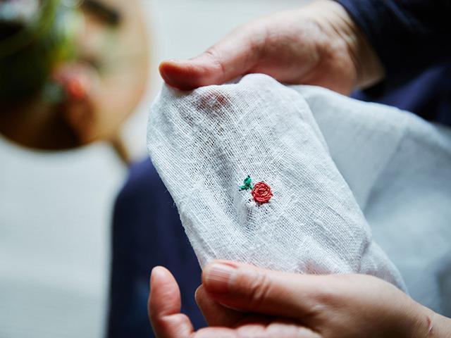 画像9: 「kecil-pohon」井上アコさんのライブ刺しゅう|りんごと葉っぱ