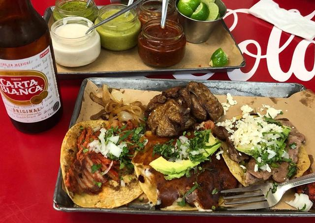 画像: 左から豚肉、豚肉にチーズを乗せて焼いたもの、そして牛肉のタコス。瓶に入ったサルサとライムが惜しげも無くたっぷりと添えられました