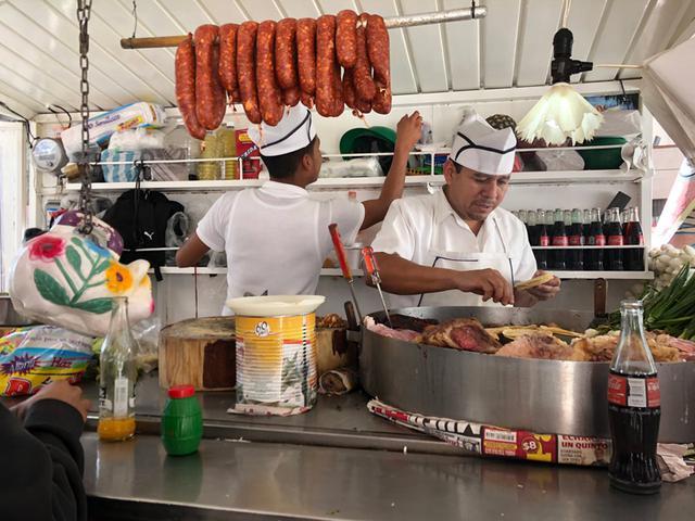 画像: メキシコシティの大通りで、ひときわの賑わいをみせていた、屋台のタコス屋さん。流れるような手さばき、手際のよさに見惚れてしまいます