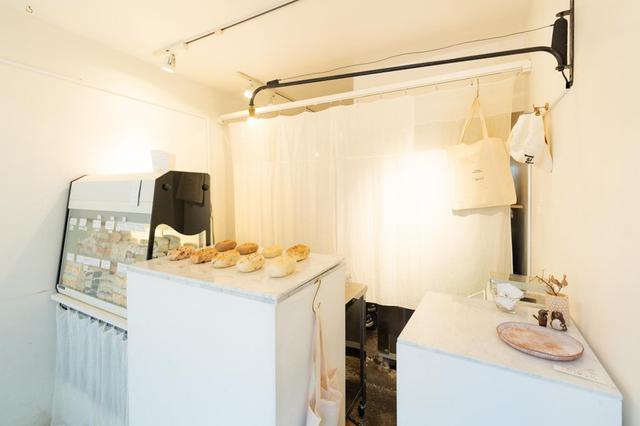 画像: お客さんが3人ほど入ればいっぱいという小ぢんまりとした空間。壁を塗るなど自分たちで内装を手掛けた