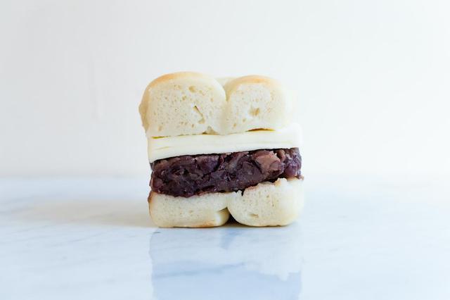 画像: 兵庫県産の丹波大納言を使いお店で炊いたあんこに、バターを合わせた「自家製あんこバター」(定番品)。モチモチの米粉ベーグルとあんこが相性抜群