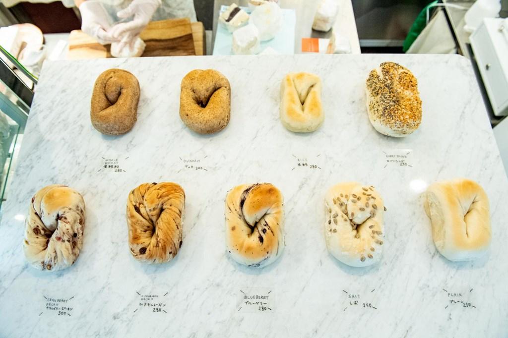 画像: 北海道産小麦を使い天然酵母で作り上げるベーグルは、単品でも購入可能。全粒粉や米粉、ドライフルーツ入りなど10種ほどが揃う