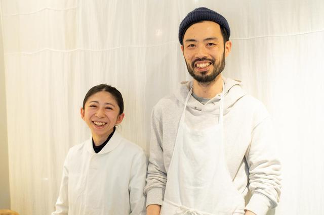 画像: お店を営む木幡さんご夫妻。店先でお客さんと気軽に言葉を交わし、店内は温かなムードに包まれている