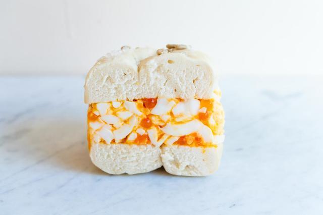 画像: イクラと玉子サラダを合わせた「いくらとエッグ」は定番品。「初めて来店した方がよく買っていく」というのも納得