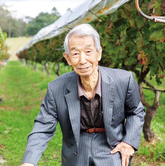 画像: 現在、相談役の忠吉さんは、御年96歳。社長時代から、名刺の肩書には「百姓」と書かれている