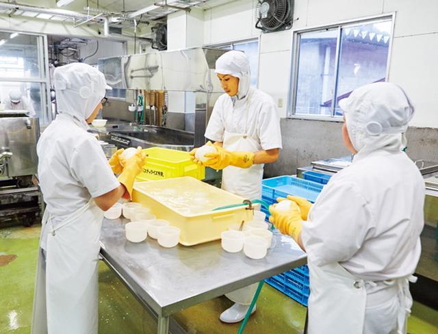 画像: 30年以上前、ナチュラルチーズづくりに挑戦した木次乳業。良質なホルスタイン生乳で、北欧酪農の製法でつくる