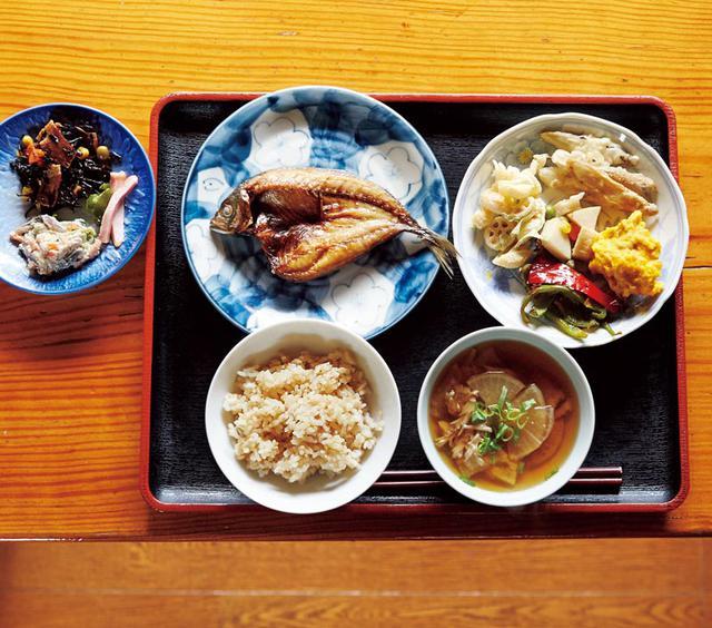 画像: 机にずらりと並んだごはんやおかずを、好きなだけ小皿に取っていただくセルフ式の社員食堂。カボチャやピーマン、白あえにした青菜は自社栽培。高野豆腐と炊いたたけのこは、春にとれた分を塩漬けしておいたもの