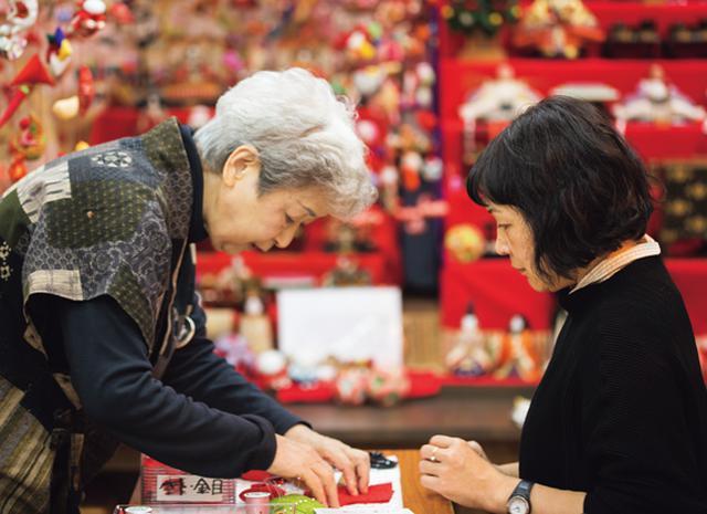 画像: 「絹の会」では、吊るし雛の販売や展示を行い、制作体験も受け付けている。伊豆稲取駅から徒歩10分。 問い合わせ:TEL.0557-95-0772 http://www.kinunokai.com/