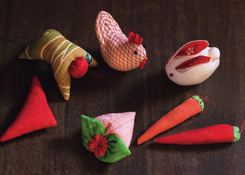 画像: 吊るす前の飾り物。それぞれにいわれがあり、にわとりには早起きをして豆に働くように、桃には邪気・悪霊退治、延命長寿などの意味が込められている