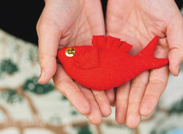 画像: 伊豆稲取ならではという金目鯛の飾りをつくった堀川さん。「おめでたいということで鯛は飾りのひとつですが、稲取は金目鯛の産地なので目が金なのです」