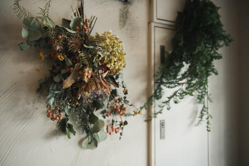 画像: 愛らしいスワッグが壁を彩る。姉妹のご友人の花屋さんが「『粉花』らしいもの、季節に合ったもの」を拵えてくれるのだそう