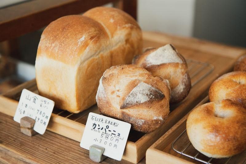 画像: パンや焼き菓子など20種類ほどを毎日焼き上げる。パンの種類が最も多く揃うのは11時頃。土曜はお昼過ぎに完売してしまうこともあるそう