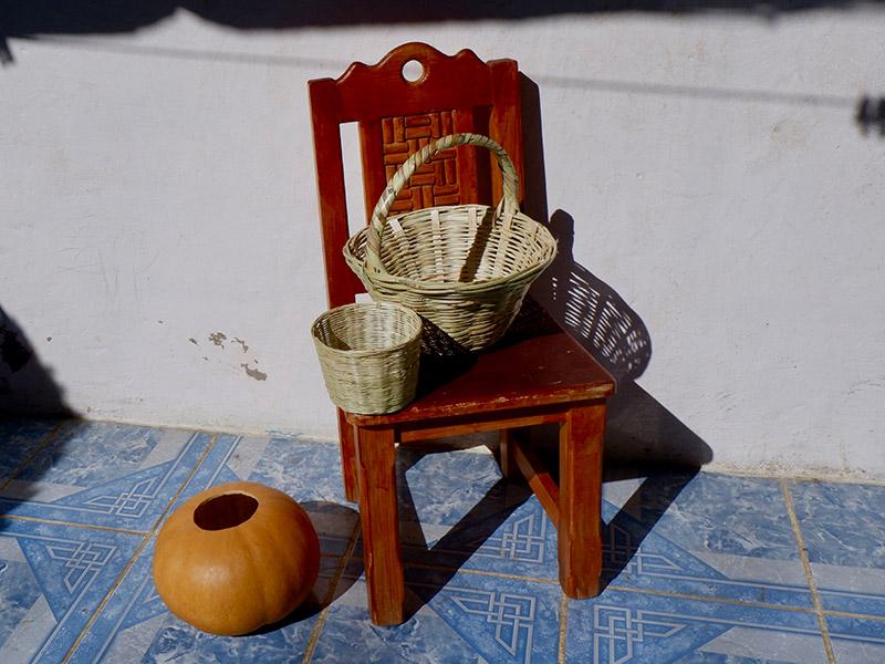 画像: 竹かごはサンクリで、ひょうたんの容器はサンクリ近郊の村サン・ファン・チャムラで購入。大小様々なかたちの竹かごには、パンを入れたり売り物のお土産物を入れて運んだり、市場の陳列容器にも使われていました