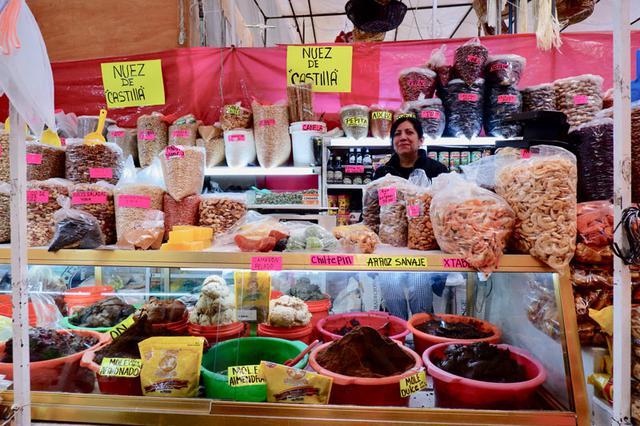 画像: メキシコシティでは、食品のメルカド(市場)にも足を運びました。こちらのお店では、メキシコのポピュラーだという豆菓子を購入。思えばここでは、あらかじめの個包装はせず今も量り売りが日常。日本でも取り戻したい慣習ですね