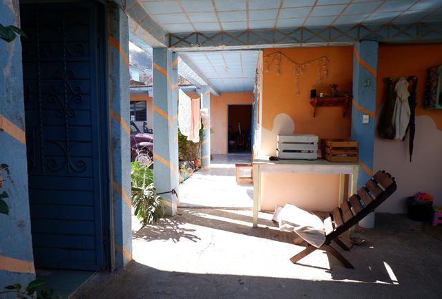 画像: サンクリのくらちゃんの自宅。日が差す中庭には椅子が置かれハンモックも吊られていて、とても居心地の良くかわいいお家でした