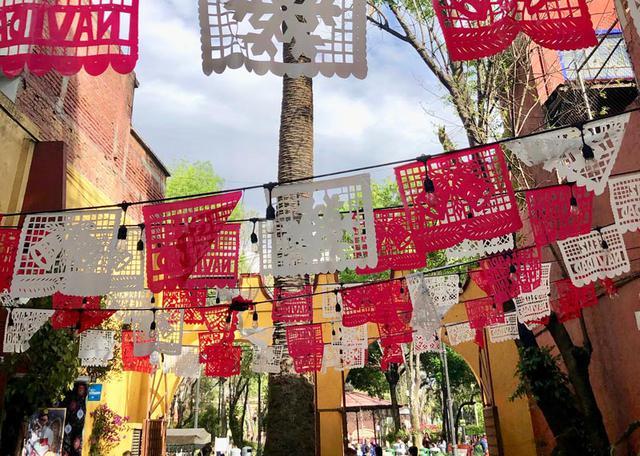 画像: メキシコシティの南に位置するコヨアカン地区にて。メキシコ版ガーランドのような切り絵飾り「パペルピカド」も、美しい民芸品のひとつでしょう。パタパタパタ……と一斉に風にはためく様子は祝福のようでも、喝采のようでもあり。なぜかちょっと切なくて、胸に迫る光景でした