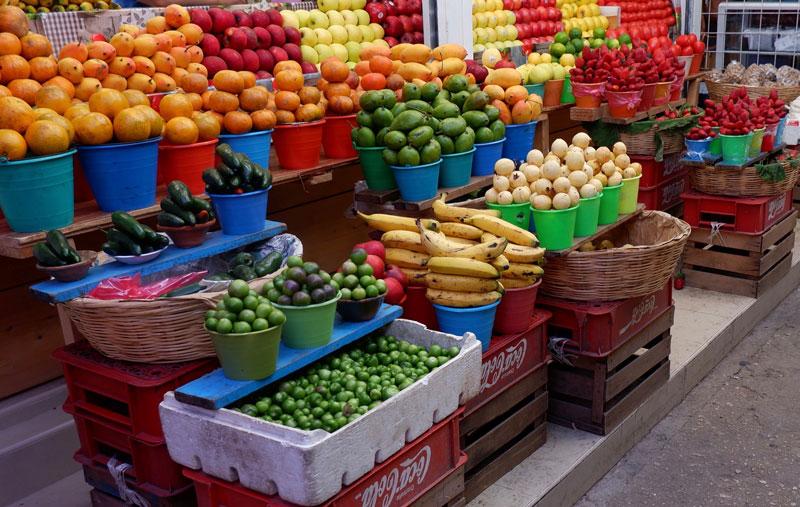 画像: 山と積まれたフルーツ屋さんの店先にも竹かごが。市場の陳列は、かつて訪れたモロッコのそれにも似ていて、どこも華やかで美しく眺めていても飽きることがありません