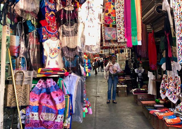 画像: シウダデラ市場の一角で。ここに写っているもの一つひとつをよーく見ているだけでも、「あぁ、あれも買っておけばよかったなあ」なんて、欲張りな気持ちがムクムク。またぜひ行きたい場所のひとつです