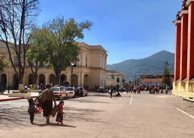 画像: 多様な文化が混ざり合うメキシコのなかでも、先住民たちの姿が多く見られる街のひとつと言われるサン・クリストバル・デ・ラス・カサス。旅情あふれる街並みには教会以外の高い建物はなく、抜けるような青空と美しい山々が印象的。多くの旅行者でにぎわうのも頷けます
