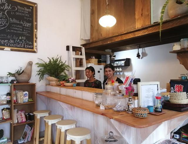 画像: くらみさこさん(写真右)が営むお店「美蔵すし」にて。カウンターとテーブルが3つの、居心地の良いお店。テイクアウトもOKです