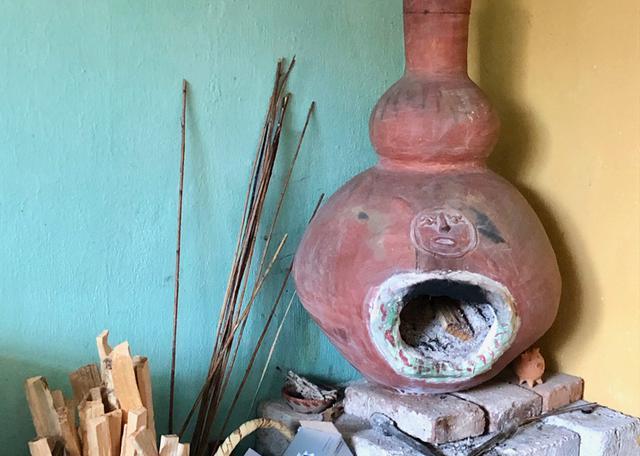 画像: ちょっと毛色は違いますがぜひ見ていただきたかった! 「チムネア」と呼ばれる、メキシコの薪ストーブです。さくらももこさんの漫画に出てきそうな顔がついているのは、火の守り神なのでしょうか。愛らしすぎて一瞬、「買って帰れないだろうか……」と考えたほどです(笑)