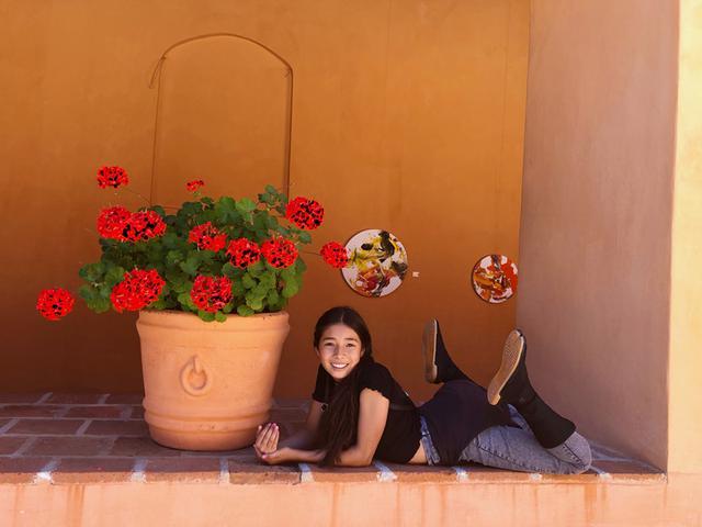 画像: レナちゃんと訪れた、サンクリの博物館の中庭での一枚。足元は日本に暮らすおばあちゃんから届いたお気に入りの地下足袋。なんとおしゃれなのでしょう!