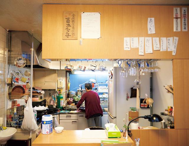 画像: 家族のごはんをつくっていた台所が、いまは猫屋台の厨房。一家でお客さんをもてなしていたように、大量の料理も手際よく