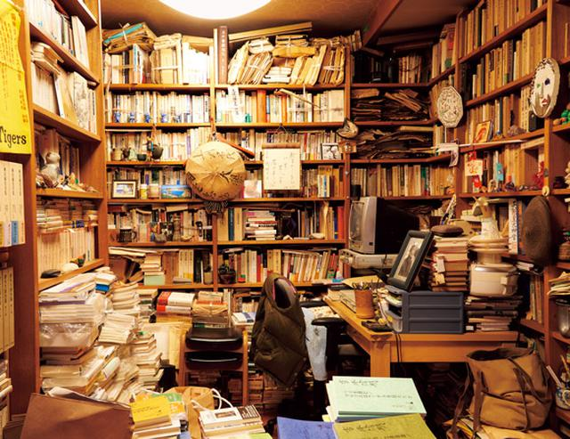 画像: 隆明さんの書斎は、当時のままに残してある。訪れたファンのなかには、ここに入ると感慨のあまり言葉が出ない人も多い